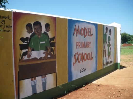 マシワ小学校の門に「モデル校」の文字