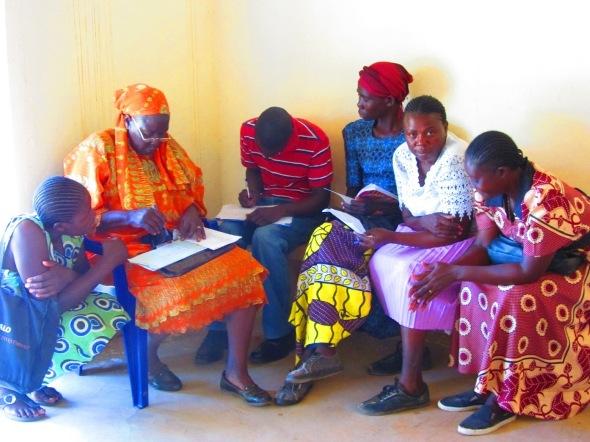 啓発リーダーが行う活動に地域の妊産婦、お母さんたちが参加している様子。